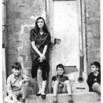 Maria del Mar Bonet fotografiada per Toni Catany a prop de la Plaça del Rei de Barcelona, 1970