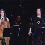 """Maria del Mar Bonet i Maria Farantouri en un dels recitals """"Canten la Grècia de Theodorakis"""" que feren a Atenes el novembre i desembre de l'any 2000"""