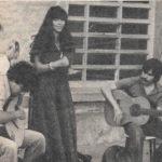 Maria del Mar Bonet al recital ofert a la presó de dones La Trinitat de Barcelona. Fotografia de premsa, 1978