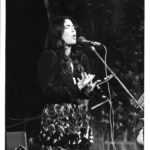 Maria del Mar Bonet durant el recital amb el grup valencià Al tall de Cançons de la Nostra Mediterrània, al Teatre Escalante de València, 1982