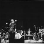 Maria del Mar Bonet i els músics durant el recital a la Plaça del Rei de Barcelona, estiu 1985
