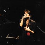 Maria del Mar Bonet durant el recital Ben a prop, febrer 1988. Fotografia de Toni Catany