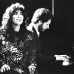 Fotografia promocional de la tanda de recitals Ben a prop al Teatre Lliure de Barcelona realitzats del 4 al 21 de febrer de 1988. Maria del Mar Bonet i Manel Camp, fotografia de F. Ros Riba