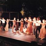 """Saludant al finalitzar la coreografia """"Arenal"""" al Teatre Grec de Barcelona, el 27 de juny del 1988"""