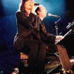 """Maria del Mar Bonet i Lluís Llach cantant """"Dona'm sa mà"""" al concert El Cor del temps.Fotografia de Juan Miguel Morales"""