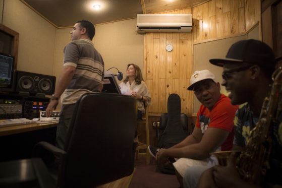 Maria del Mar Bonet als d'Bega Estudios de grabación de la Habana, al districte Víbora Park, amb l'enginyer de so Carlos de la Vega , el percussionista Eduardo Llibre i el saxofonista Jamil Chery; en una de les moltes sessions d'enregistrament del nou disc. Maig del 2016 (c) Juan Miguel Morales.